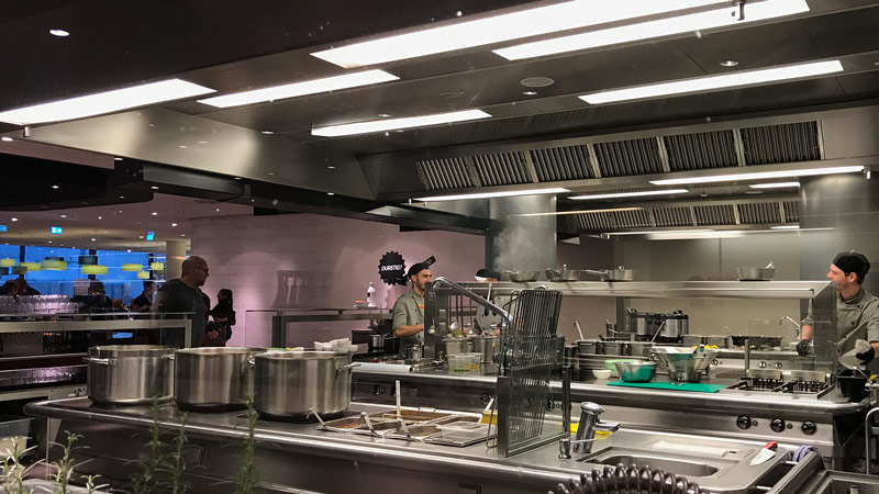 Canteen kitchen with optimal ventilation