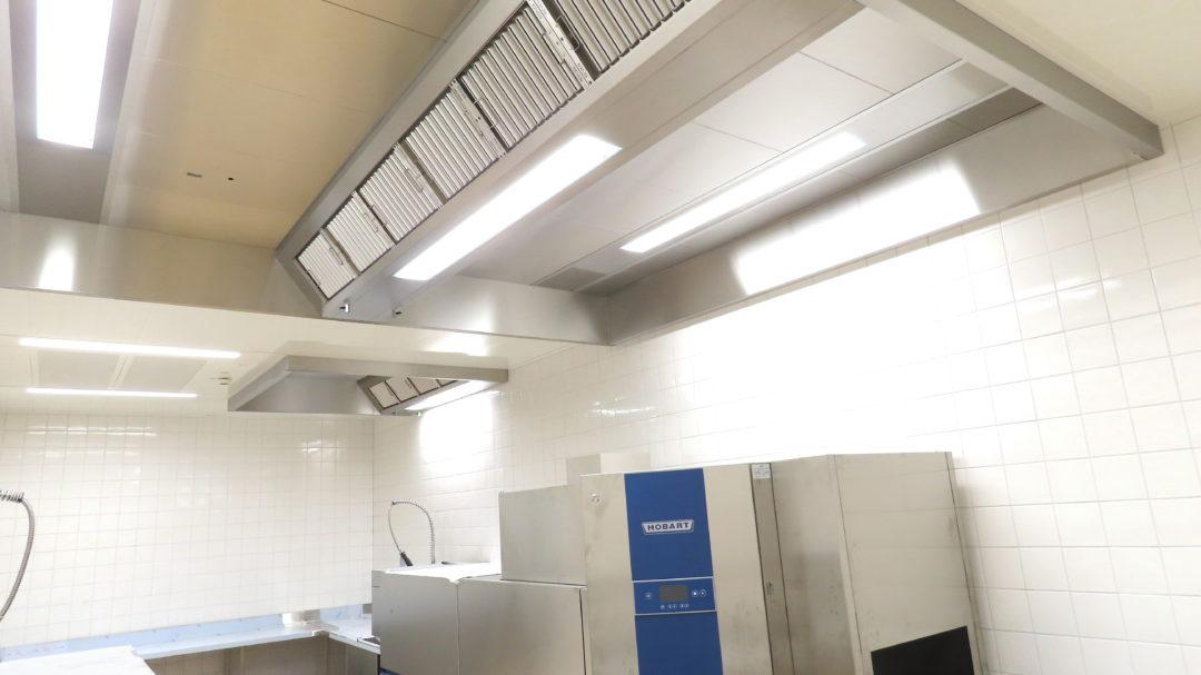 Voll integrierte Systeme in einer Lüftungsdecke einer Spülküche