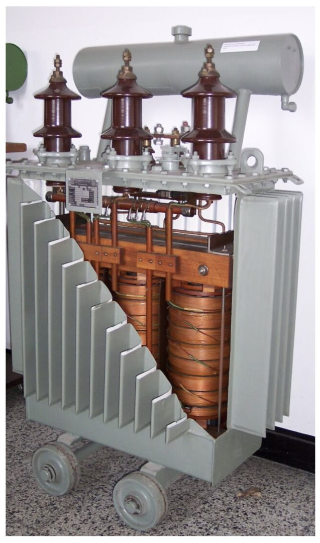 Das Öl im Transformatorgehäuse ölisolierter Transformatoren dient sowohl der Isolation der Wicklungen als auch der Kühlung.